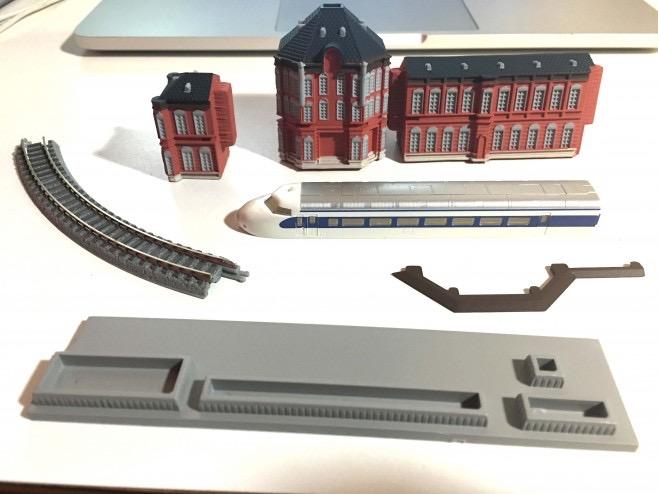 創刊号(1号)には、新幹線0系0番台のボディーと、レール、東京駅駅舎左です。レールはローカル線ようなので0系では走れません。