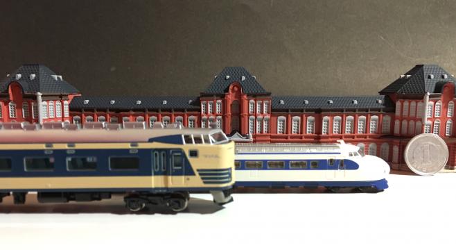 583系がとても大きく感じられます(笑)ロクハン製の新幹線0系は金属車輪に集電板もついています!(ライトなどは無いようです)