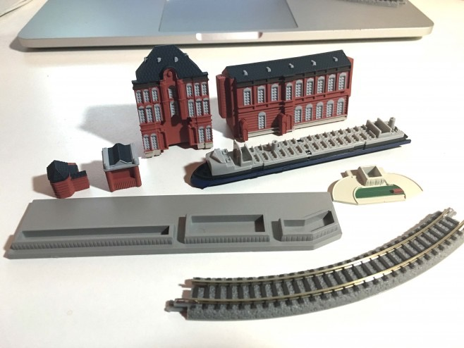 2号には東京駅駅舎の中央部と新幹線0系0番台の床下と台車とレールです。