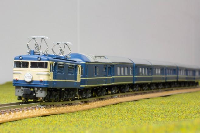 鉄道模型の編成写真を撮影する際に、先頭車両にピントを合わせると後ろのほうのピントがボケてしまうことがあります。