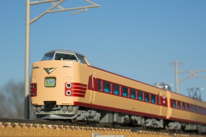 パノラマしなの、パノラマ車の反対側(名古屋側)はクハ381形、貫通扉なしの100番台です。やはり旧国鉄特急色はいいですね。