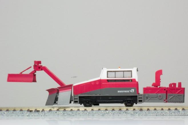 除雪ウィング、段切プラウ、投雪口など独特な特殊装備がユニークです。各部は可動しますが、ウイングを広げるとホームなどに干渉することがあるので、走行時には注意が必要です。