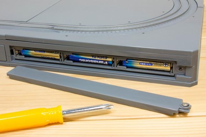 N-B4は別売りの単4型乾電池(アルカリ乾電池推奨)×6本を背面に装着することで、電源ユニットを別途接続しなくてもレイアウトベースだけで線路上にBトレインを走行させられます。