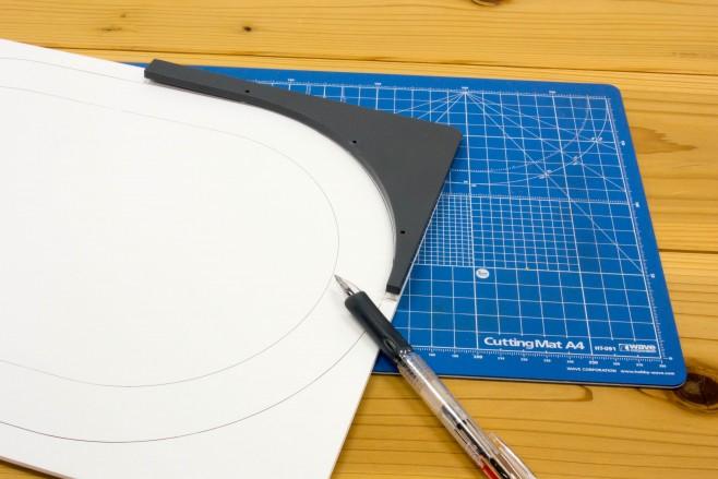 外したプレートを定規代わりにして、レール道床の外周と内周をペンでなぞっておきます。