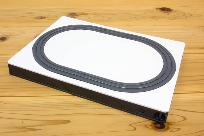 線に沿ってよく切れるカッターで切り出したら、プレートの位置に装着して無理なくはまるか確認します。