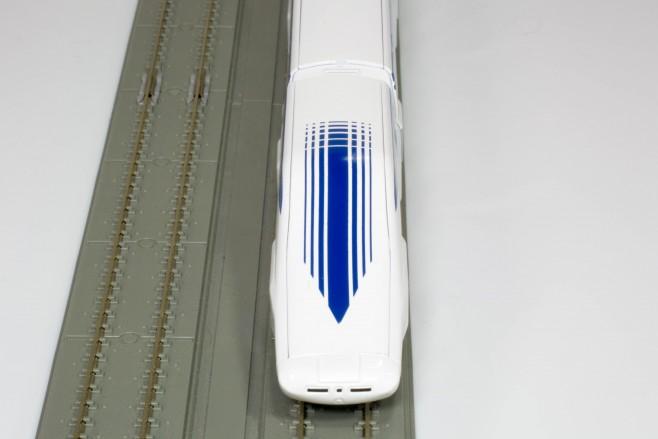 正面から見ると運転席の窓が見えないので、電車という感じがしません。まさに近未来の乗りものですね。