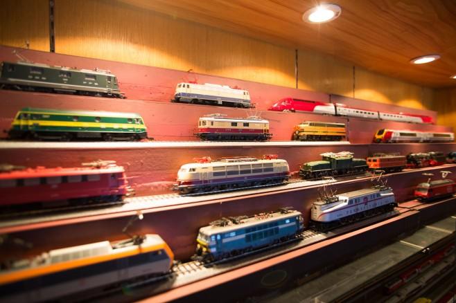 多くの鉄道模型車両が展示され、眺めているだけでも楽しめます(写真引用:バー銀座 ChouChou POPON)。