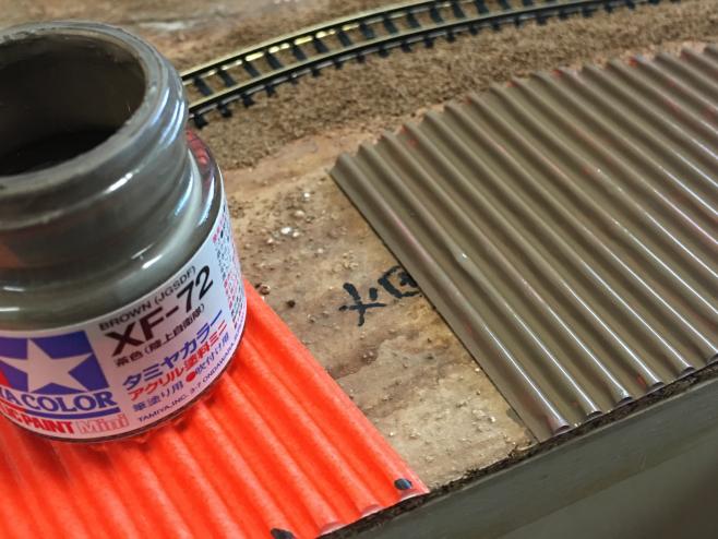 タミヤXF-72 陸上自衛隊 茶色はとてもすぐれものです。直接ビンから塗っているように見えますが、実際には塗料皿に使う分だけ分けています。瓶の中の塗料を汚してはもったいないからです。