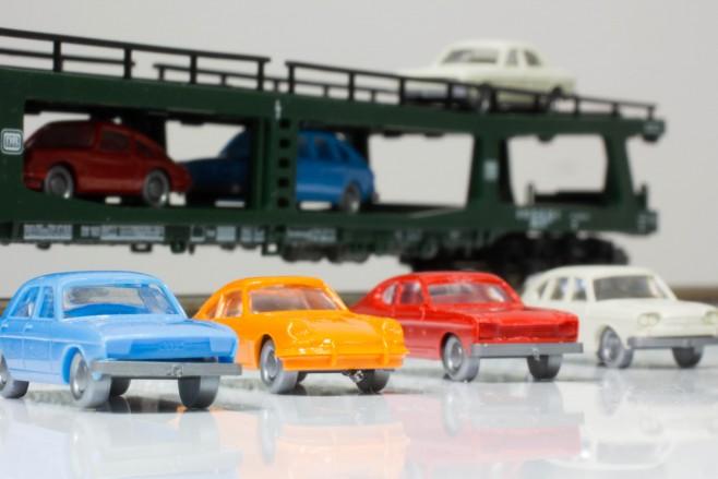 乗っている自動車はドイツ車が多いですね(当たり前)。左からアウディ100、ポルシェ911、フォード・カプリ、フォルクスワーゲン・タイプ4(VW 411)です。