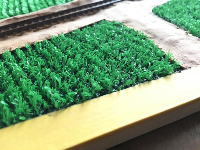 人工芝の田んぼができました。稲のあいだに定規などをいれて上から抑えてしっかりと接着しておきましょう。