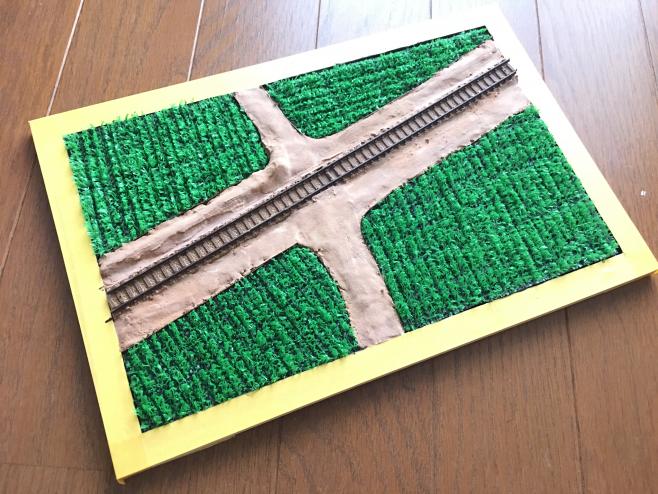 ここまでで完成した「田んぼ」のジオラマです。昔ながらの人工芝を使った田んぼもお手軽に素晴らしいものです!まさに夏、ですね!