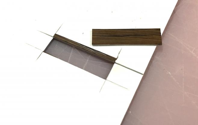 線路に固定していなかった(苦笑)踏み板を厚紙に貼って、切ります。