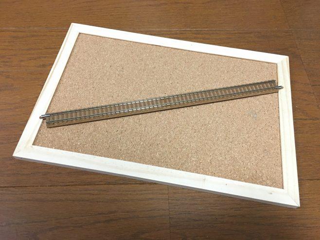 レールはTOMIXの旧製品、茶色いレールです。ローカル線のバラストはサビなどで茶色い場合が多いのでこれなら手軽に再現できます。