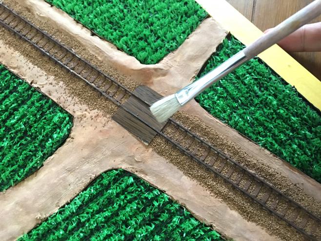 枕木の上にあるバラストはなるべく線路の間におとしましょう。(とはいえ本物でも枕木上にあったりします)レール、特に横に乗っかったバラストも極力おとしましょう。
