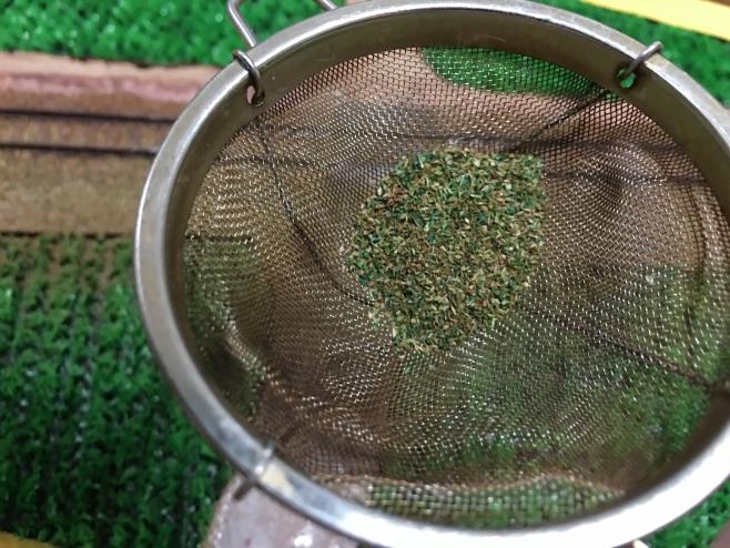茶こしには粒子の大きなものだけが残ります。特に目立つ緑が残るのです。捨てずに小袋にわけてとっておくと、何かに使えますよ!