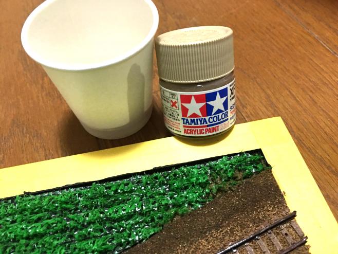 明灰白色と同様に、紙コップで薄めた塗料を作ります。