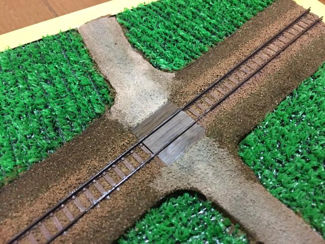 まずは線路をまたぐ道路だけを塗りました。「だ、大丈夫か?!」という感じですが、「大丈夫です!」