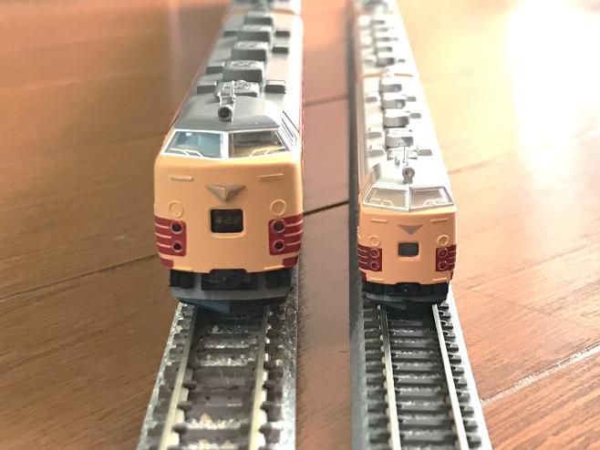 左がNゲージ、右がZゲージです。Zゲージはとても小さいです!!